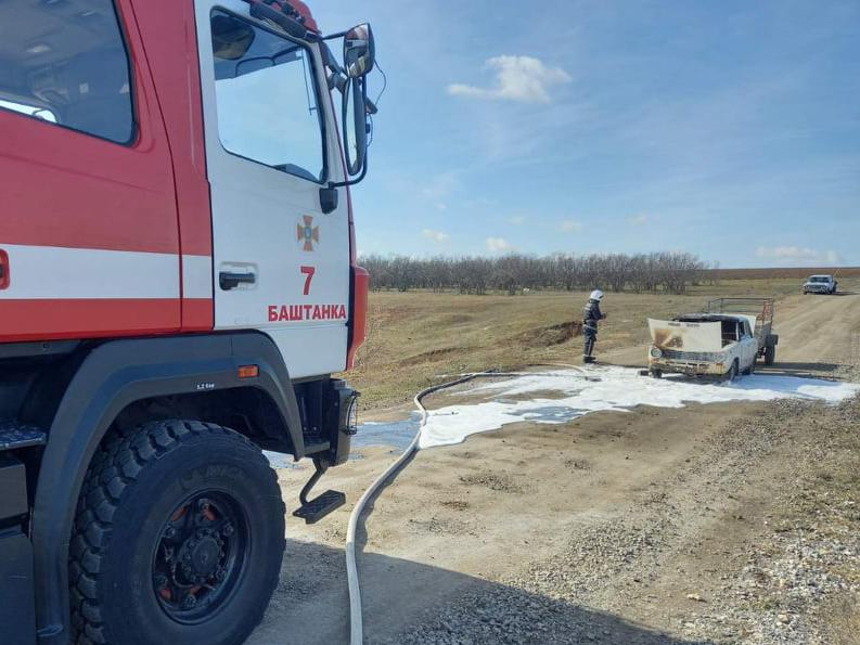 На проселочной дороге спасателям Николаевщины пришлось тушить автомобиль (ФОТО)