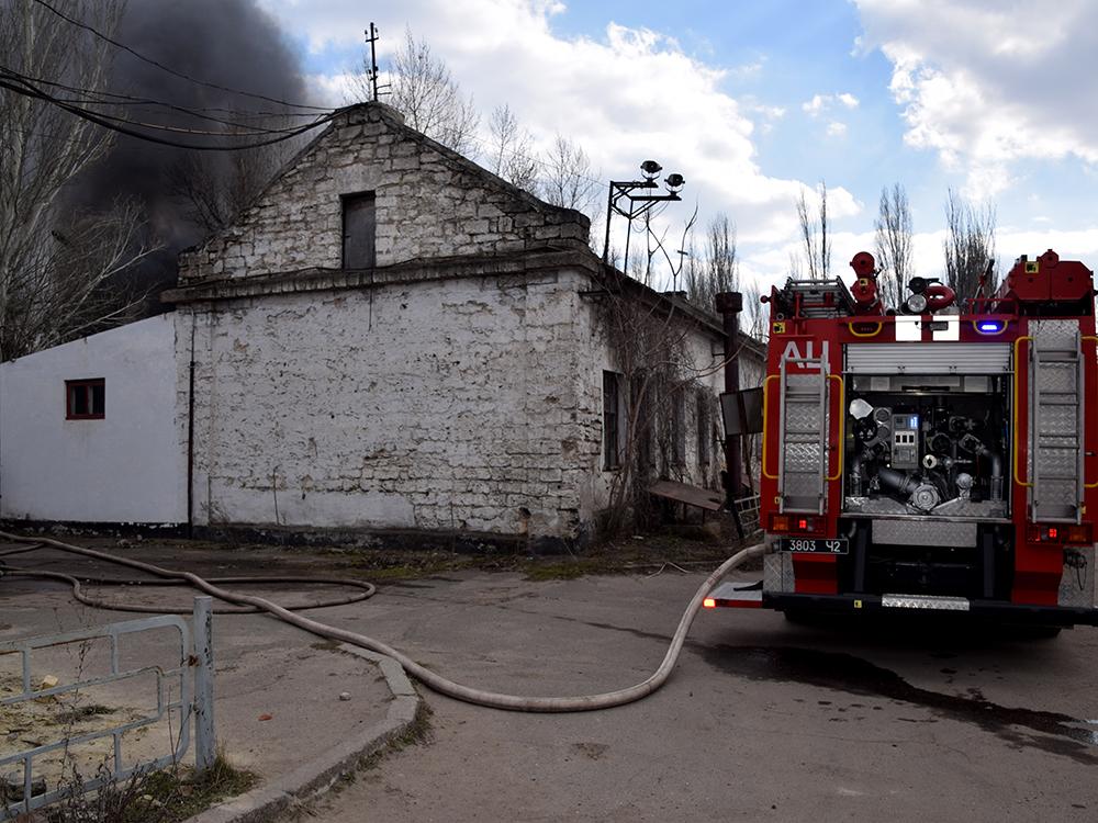 В Николаеве тушили хозпомещение на одном из предприятий в Заводском районе (ФОТО, ВИДЕО) 3
