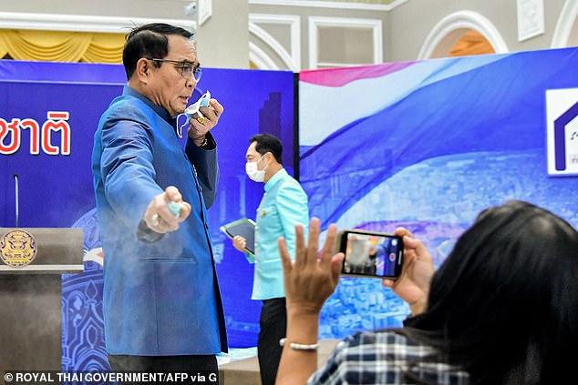 Премьер-министр Таиланда обрызгал журналистов дезинфицирующим средством для рук, когда они расспрашивали его о перестановках в Кабмине (ВИДЕО)