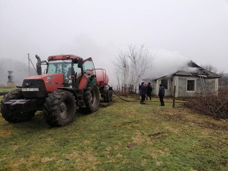 На Николаевщине спасатели тушили сено и крышу заброшенного дома (ФОТО) 9