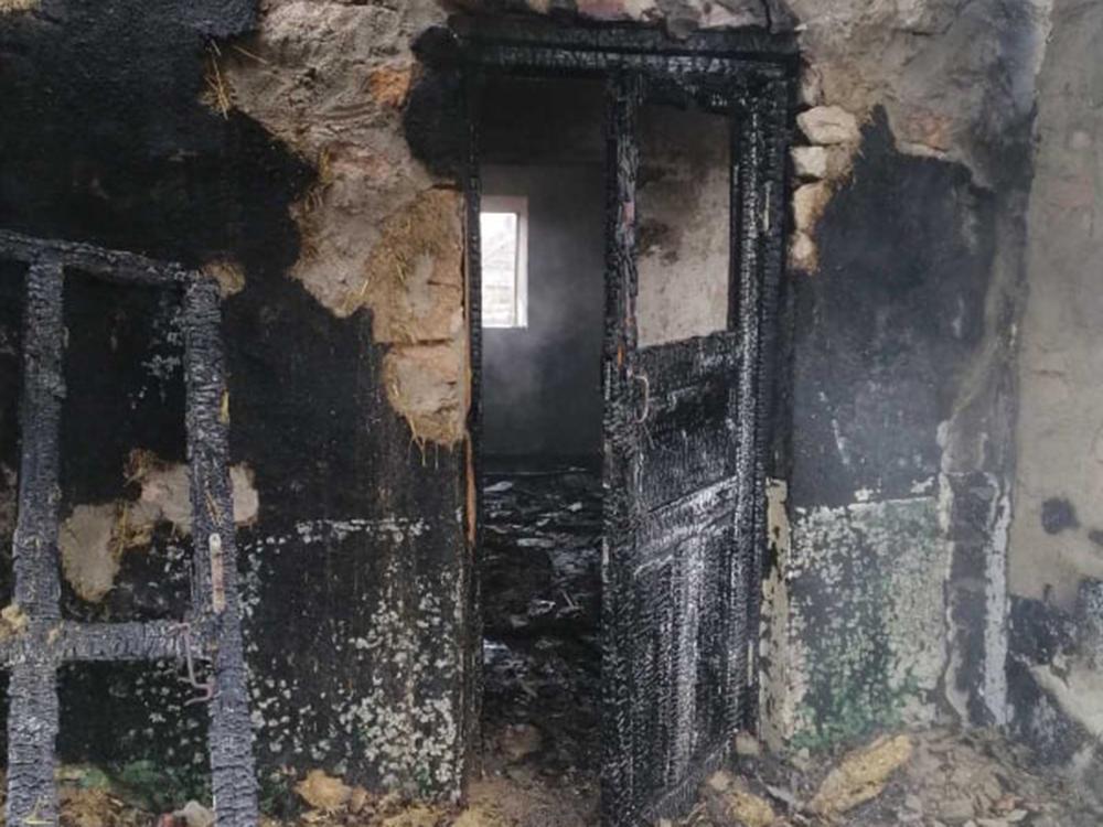 На Николаевщине спасатели тушили сено и крышу заброшенного дома (ФОТО) 1