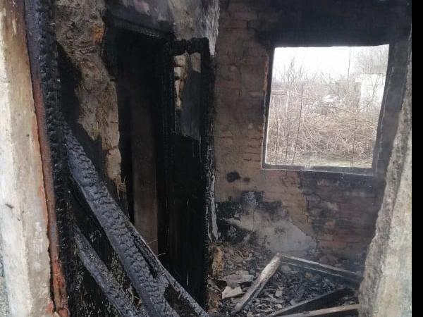 На Николаевщине спасатели тушили сено и крышу заброшенного дома (ФОТО) 3