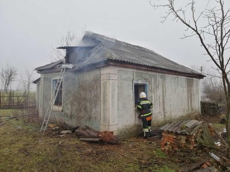 На Николаевщине спасатели тушили сено и крышу заброшенного дома (ФОТО) 7