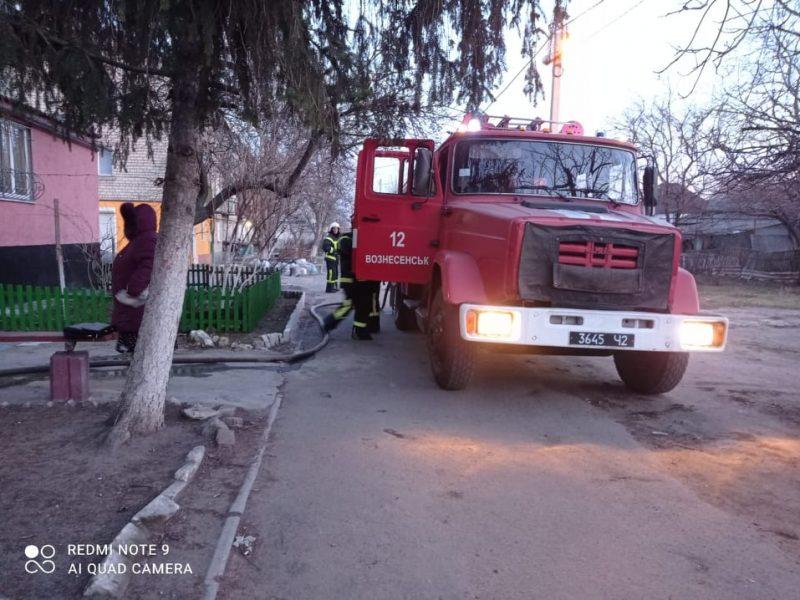 В Вознесенске горела квартира, соседей пришлось эвакуировать (ФОТО)