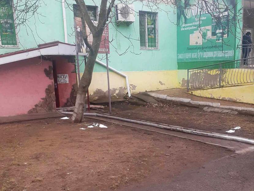 В Вознесенске прорвало водовод - затопило подвал многоквартирного дома (ФОТО) 1