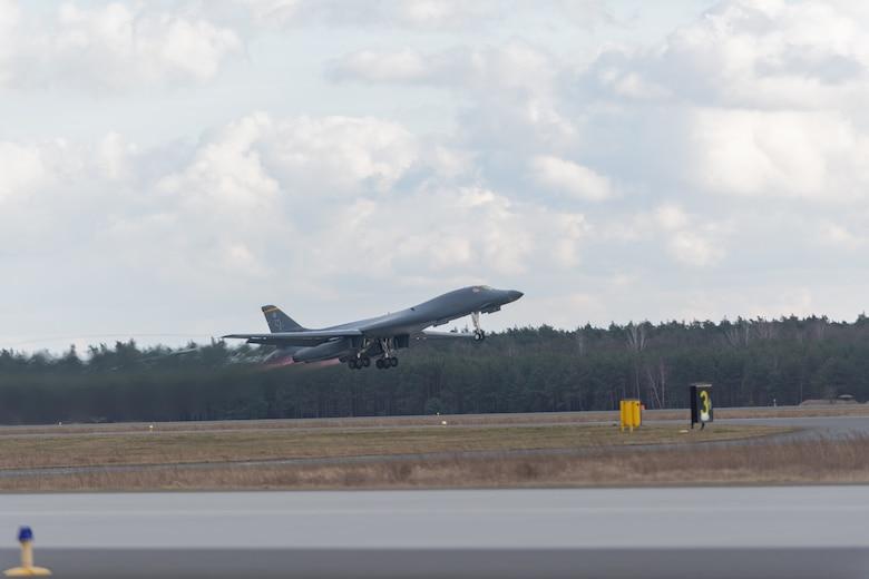 Бомбардировщик ВВС США впервые сел на авиабазе в Польше, но экипаж из самолета не вышел (ФОТО)
