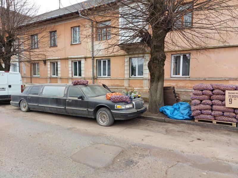 Роскошь как образ жизни: в Черновцах лимузин  Lincoln используют как прилавок для торговли картошкой