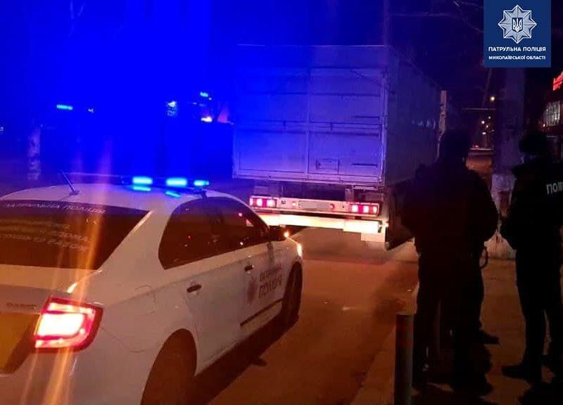 В Николаеве водителя фуры патрульные останавливали два раза за одну ночь
