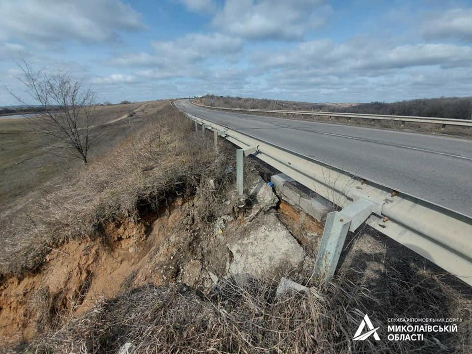 На Николаевщине «предприимчивый» гражданин украл бетонные плиты водосброса с дороги Н-24, чтобы выложить ими подъезд к своему двору (ФОТО) 3