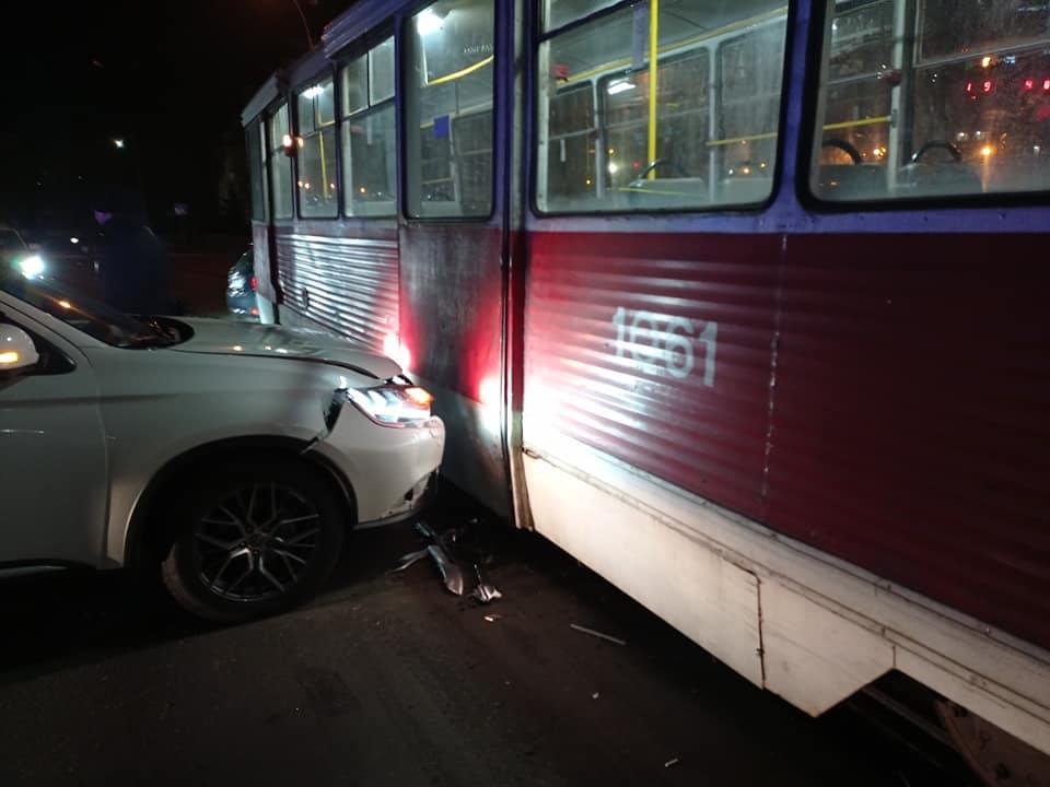Не заметил? В Николаеве кроссовер врезался в трамвай (ФОТО) 5