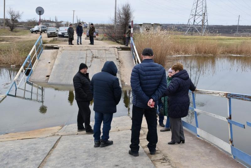Затонувший под весом фур мост в Снигиревском районе: сегодня планируют достать понтоны из воды и начать из ремонтировать (ФОТО) 3
