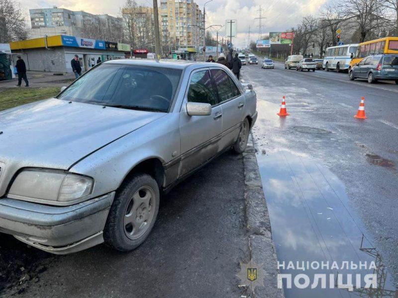 В Николаеве Mercedes вылетел на тротуар и сбил девочку-подростка – полиция ищет свидетелей (ФОТО)