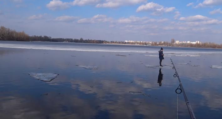 Рыбак спиннингом выудил со льдины ребенка в Киеве (ВИДЕО)