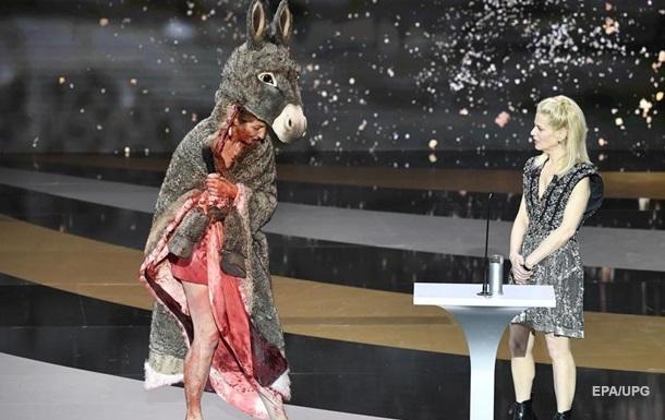 Антикарантинные протесты: актриса разделась на вручении премии Сезар (ВИДЕО)