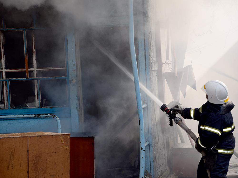 В Николаеве тушили хозпомещение на одном из предприятий в Заводском районе (ФОТО, ВИДЕО) 7
