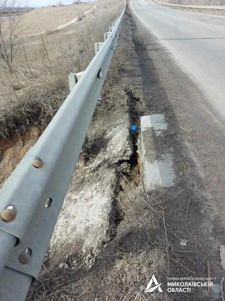 На Николаевщине «предприимчивый» гражданин украл бетонные плиты водосброса с дороги Н-24, чтобы выложить ими подъезд к своему двору (ФОТО) 5