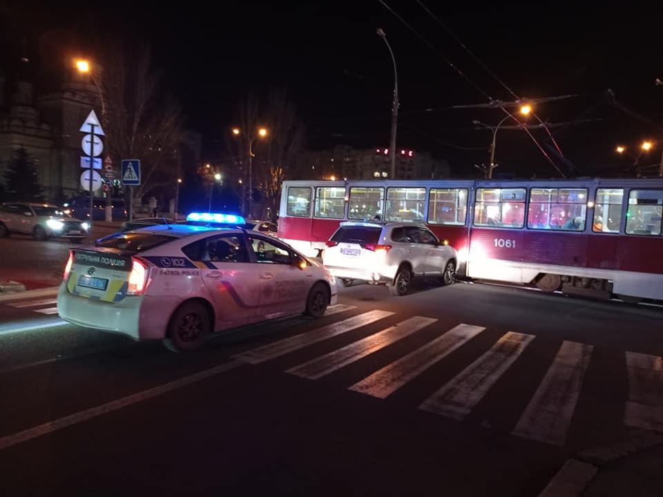Не заметил? В Николаеве кроссовер врезался в трамвай (ФОТО) 7