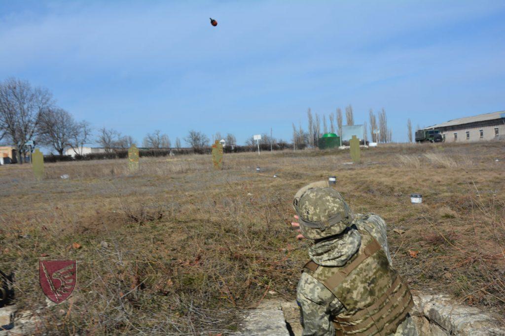 Днем и ночью: николаевские десантники повышают боевые навыки в полевых условиях (ФОТО) 5