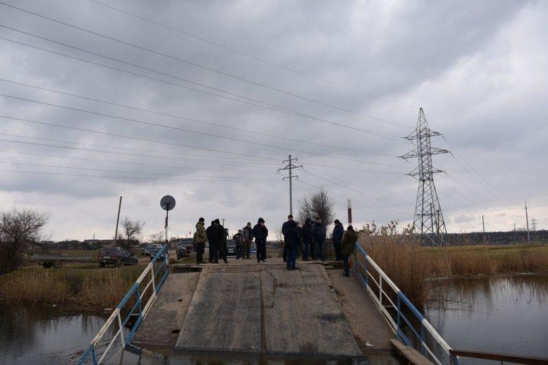 Затонувший под весом фур мост в Снигиревском районе: сегодня планируют достать понтоны из воды и начать из ремонтировать (ФОТО)