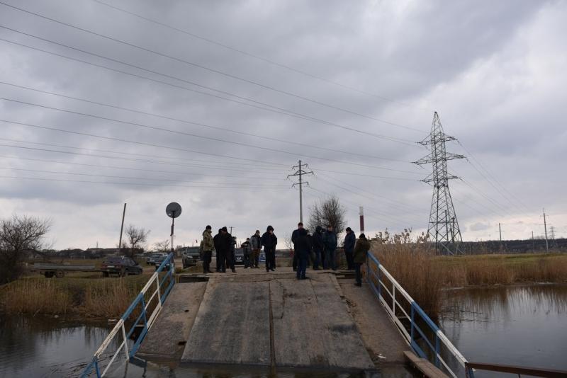 Затонувший под весом фур мост в Снигиревском районе: сегодня планируют достать понтоны из воды и начать из ремонтировать (ФОТО) 5