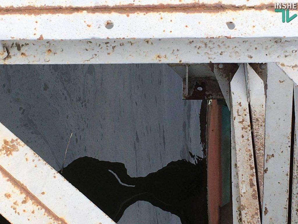 У понтонного моста в Николаеве - разлив неизвестного вещества (ФОТО, ВИДЕО) 5