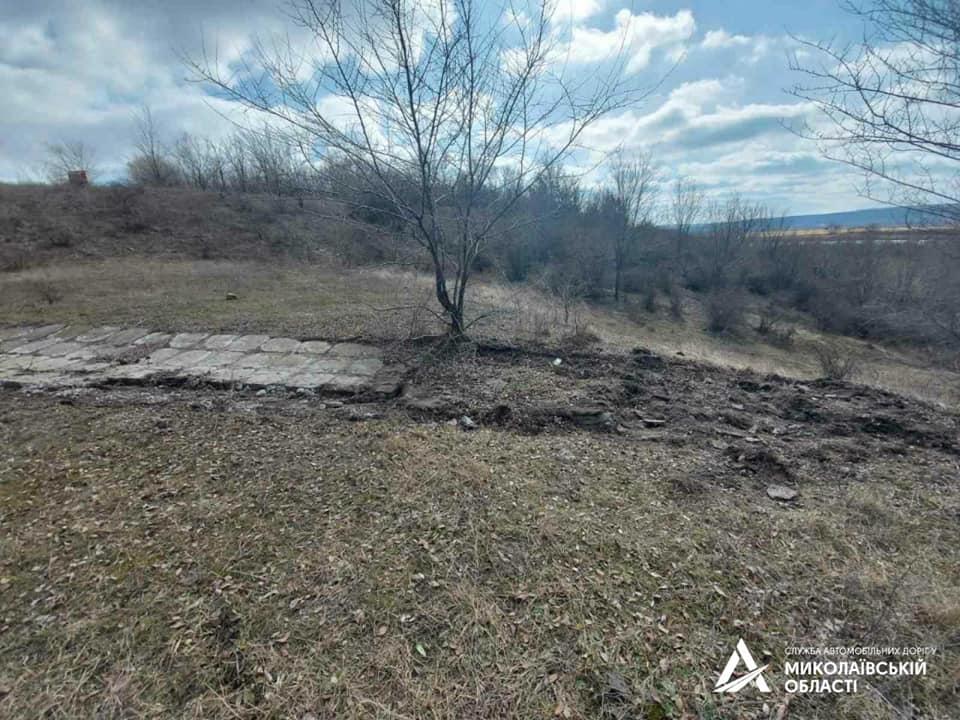 На Николаевщине «предприимчивый» гражданин украл бетонные плиты водосброса с дороги Н-24, чтобы выложить ими подъезд к своему двору (ФОТО) 7