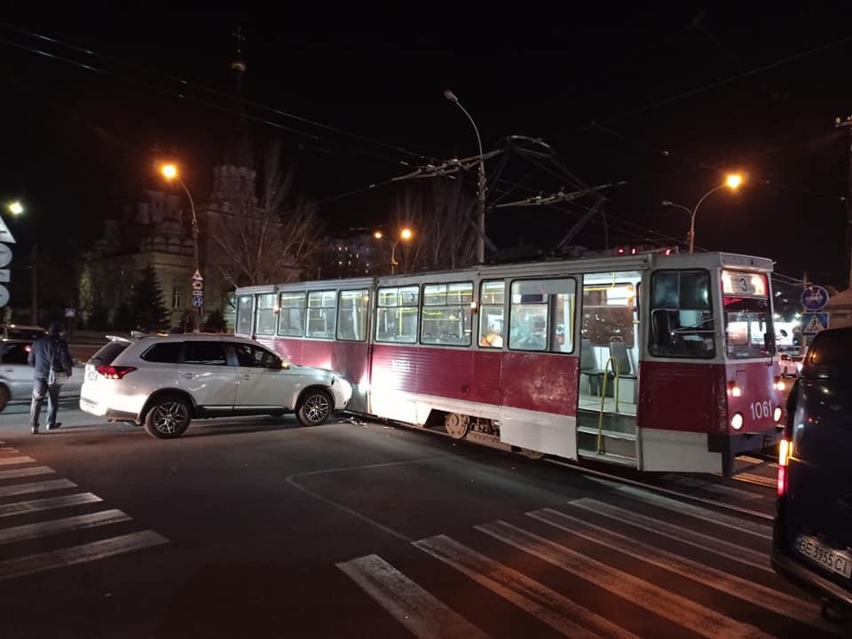 Не заметил? В Николаеве кроссовер врезался в трамвай (ФОТО) 1