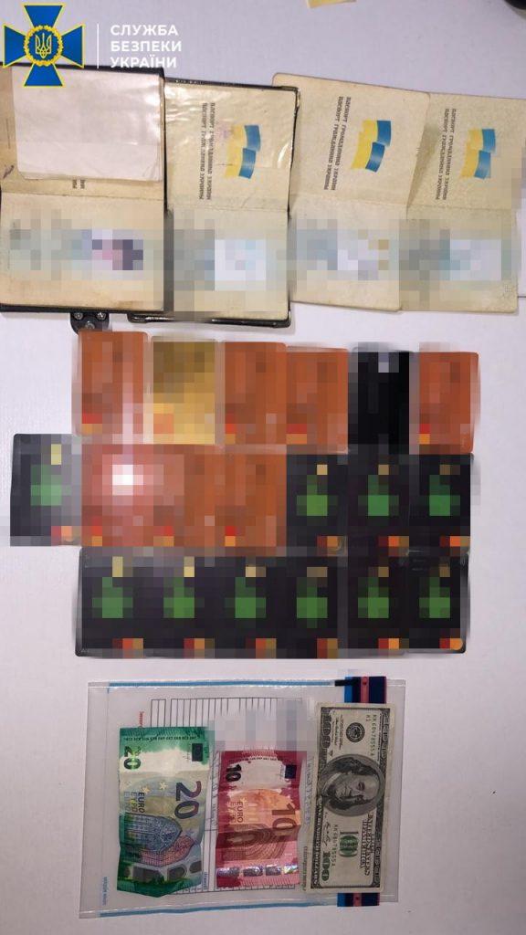 В Николаеве задержали группу фальшивомонетчиков - ежемесячно «рисовали» до 100 тысяч долларов (ФОТО) 7