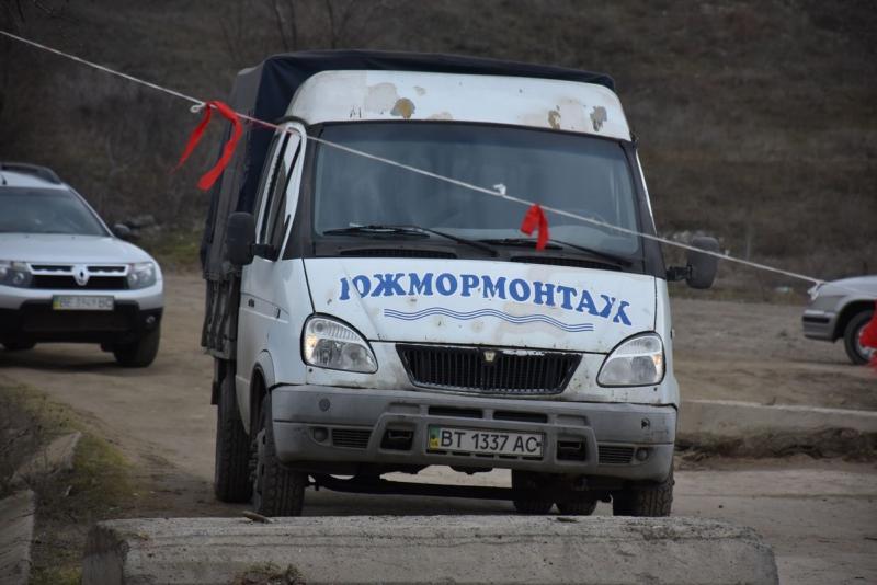 Затонувший под весом фур мост в Снигиревском районе: сегодня планируют достать понтоны из воды и начать из ремонтировать (ФОТО) 9