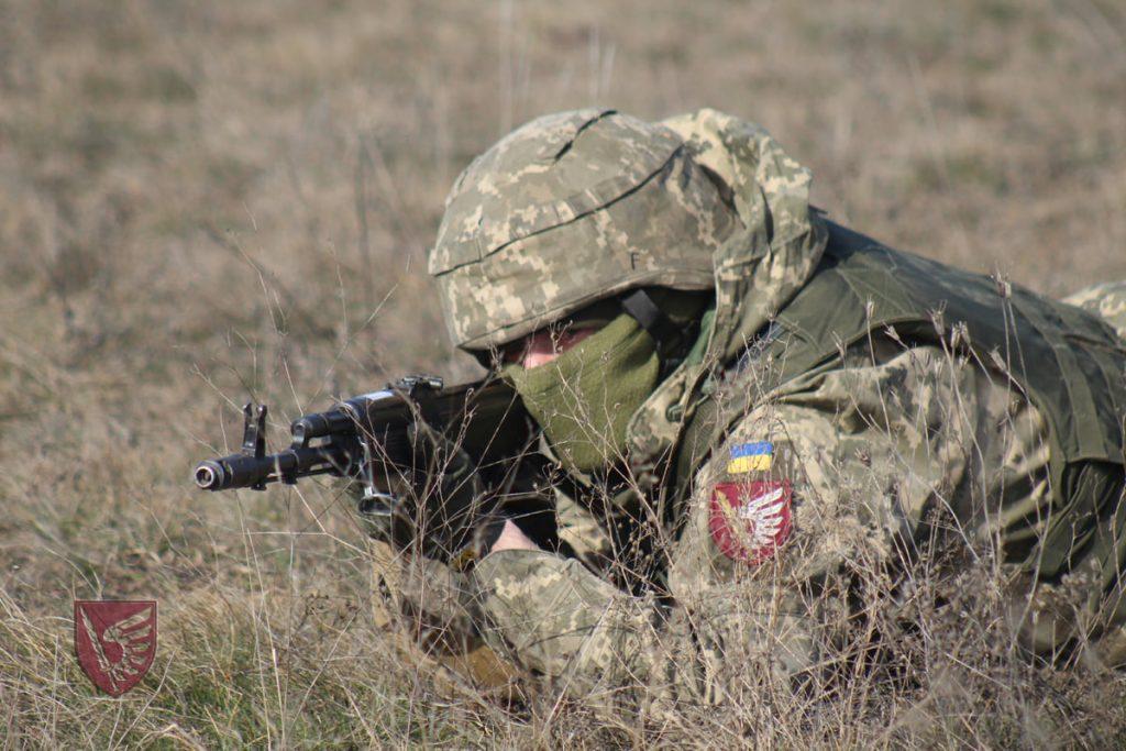 Днем и ночью: николаевские десантники повышают боевые навыки в полевых условиях (ФОТО) 9