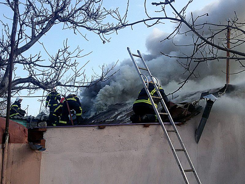 В Южноукраинске горел гараж, в Вознесенске – летняя кухня (ФОТО)