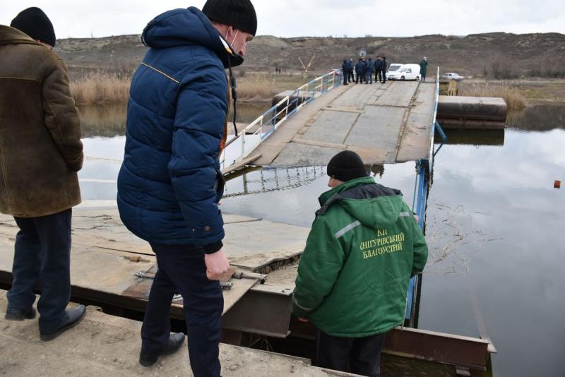 Затонувший под весом фур мост в Снигиревском районе: сегодня планируют достать понтоны из воды и начать из ремонтировать (ФОТО) 11