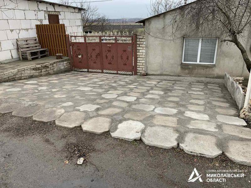На Николаевщине «предприимчивый» гражданин украл бетонные плиты водосброса с дороги Н-24, чтобы выложить ими подъезд к своему двору (ФОТО)
