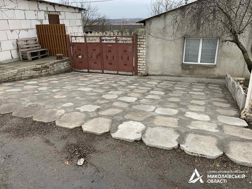 На Николаевщине «предприимчивый» гражданин украл бетонные плиты водосброса с дороги Н-24, чтобы выложить ими подъезд к своему двору (ФОТО) 11