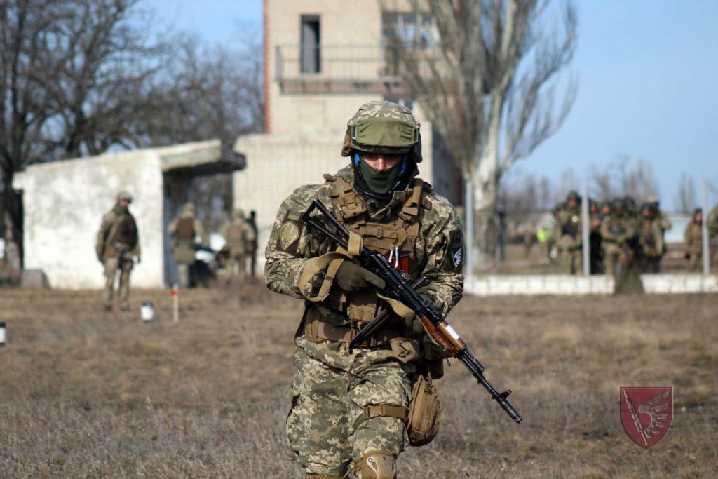 Днем и ночью: николаевские десантники повышают боевые навыки в полевых условиях (ФОТО) 11