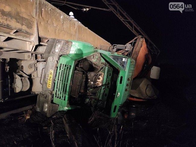 В Кривом Роге на СевГОКе поезд врезался в грузовик с людьми - 5 пострадавших (ФОТО) 3