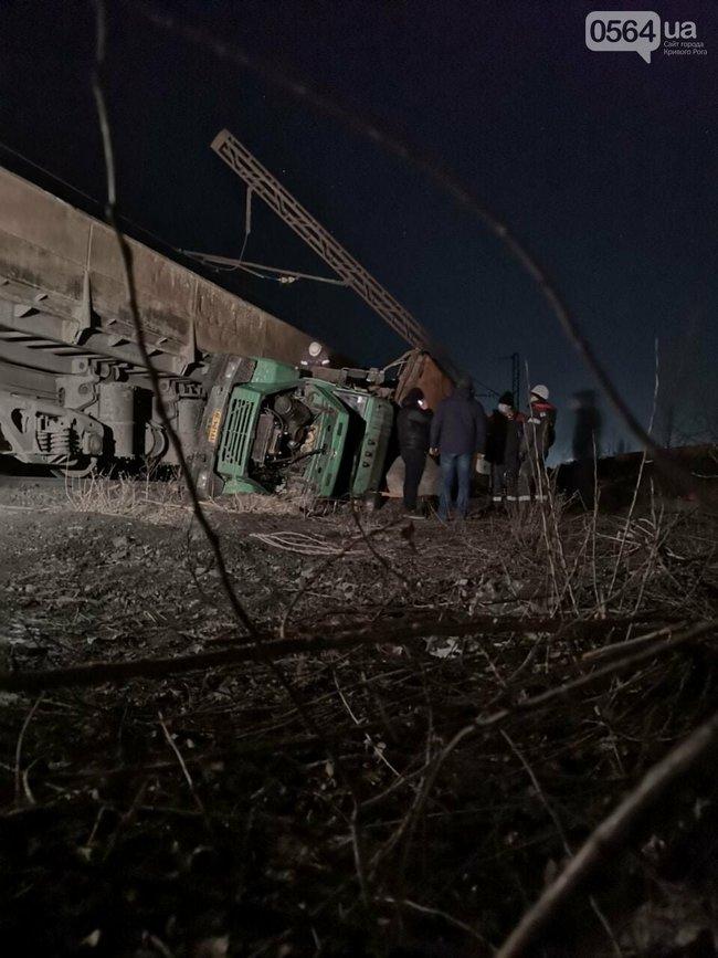 В Кривом Роге на СевГОКе поезд врезался в грузовик с людьми - 5 пострадавших (ФОТО) 7