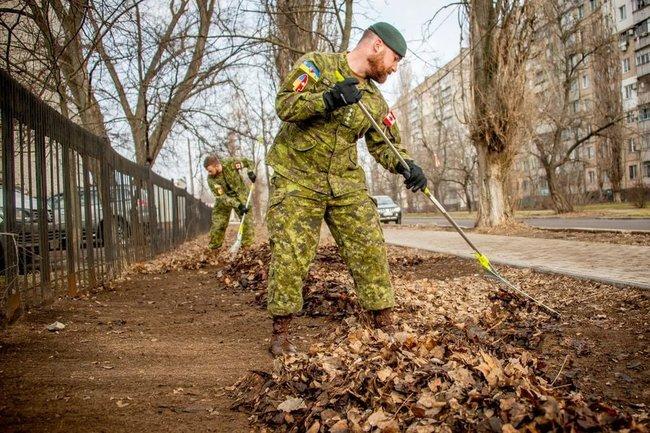 Толока. Канадские инструкторы чистили территорию госпиталя в Николаеве (ФОТО)