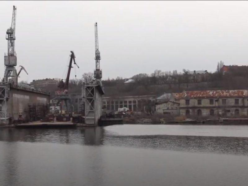 У понтонного моста в Николаеве — разлив неизвестного вещества (ФОТО, ВИДЕО)