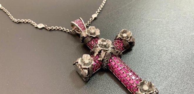 Кто-то останется без подарка. В посылке вместо бижутерии таможенники обнаружили крест с 300 бриллиантами и рубинами (ФОТО)