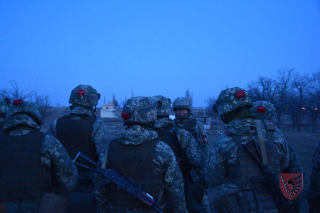 Днем и ночью: николаевские десантники повышают боевые навыки в полевых условиях (ФОТО) 17
