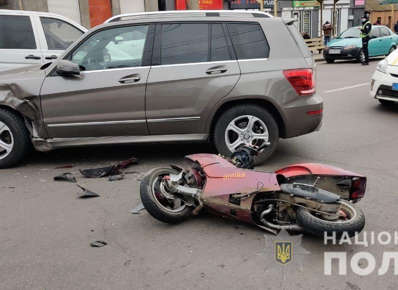 В Николаеве «Мерседес» сбил мопед. Его водитель в коме, за рулем авто была жена экс-чиновника и депутата