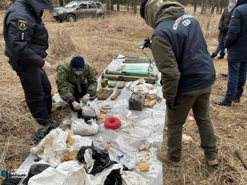 На Харьковщине СБУ нашла схрон с оружием из РФ (ФОТО, ВИДЕО)