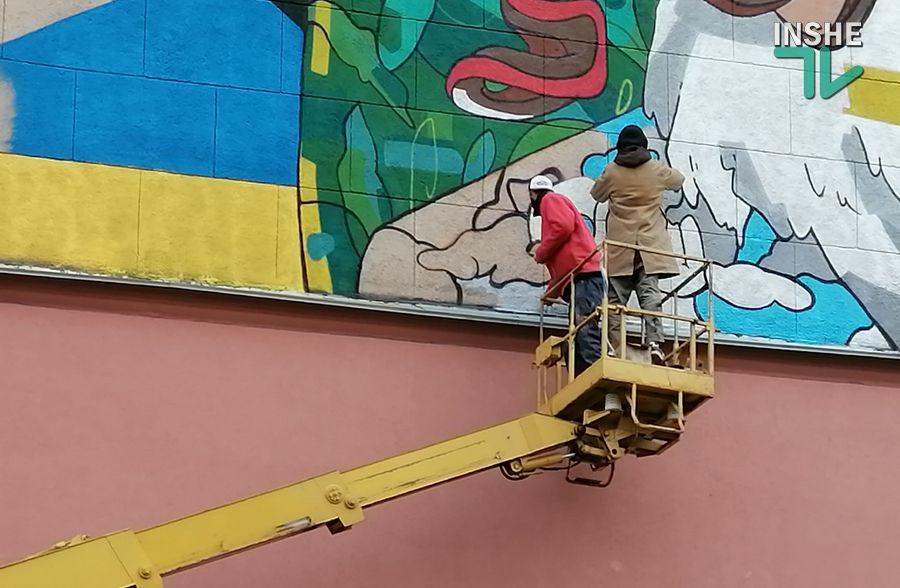 В центре Николаева рисуют мурал с изображением Ольги Шарий (ФОТО) - СМИ 1