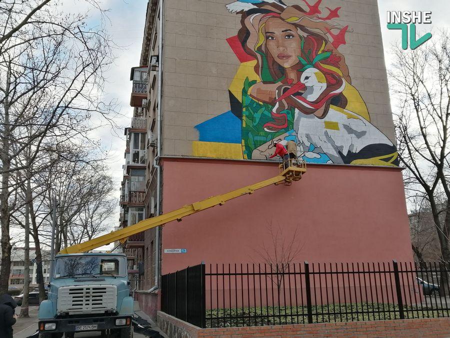 В центре Николаева рисуют мурал с изображением Ольги Шарий (ФОТО) - СМИ 3