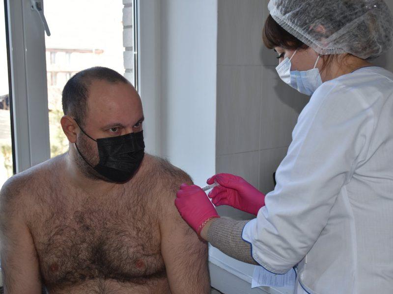 В Николаеве от вакцину от   коронавируса получили замгубернатора, нардеп и начальник облздрава (ФОТО)