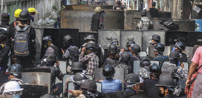 За день протестов в Мьянме убили 12 протестующих, оппозиция призывает продолжать революцию