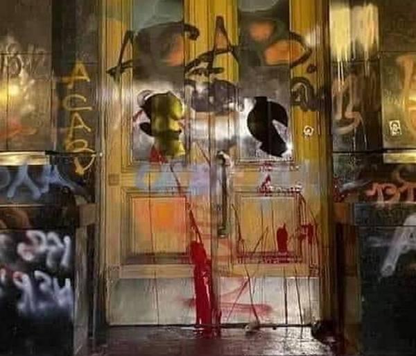 Это арт-объект: художественная галерея предложила Ермаку и Зеленскому выкупить «продемонстрированные на телевидении» разрисованные входные двери ОП (ДОКУМЕНТ)