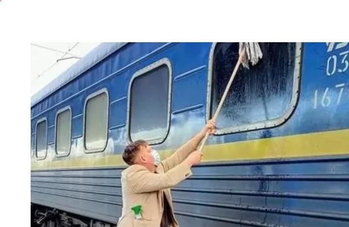 Возмущенный грязью в украинских поездах, датчанин помыл окна в вагоне, – соцсети взорвались