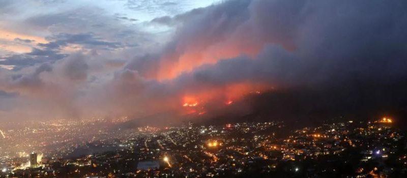 В ЮАР горит Столовая гора: уничтожены уникальные объекты, эвакуированы 50 тысяч человек (ФОТО, ВИДЕО)